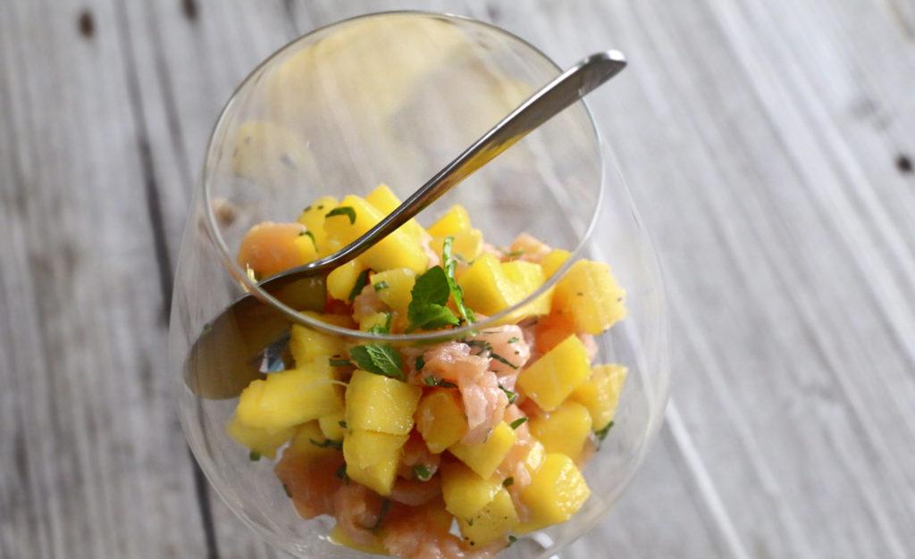 Feesthapje met mango en gerookte zalm